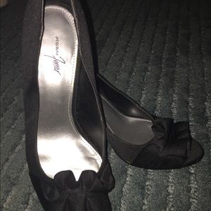 Black dress pumps with satin ruffle